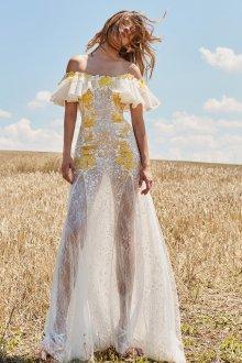 Кружевное свадебное платье с желтой вышивкой