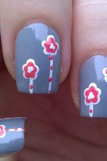 Серый маникюр с цветами