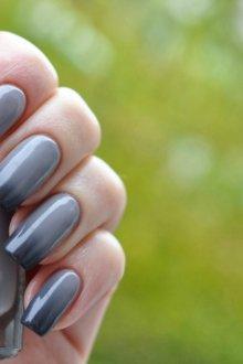 Серый маникюр с градиентом на длинные ногти