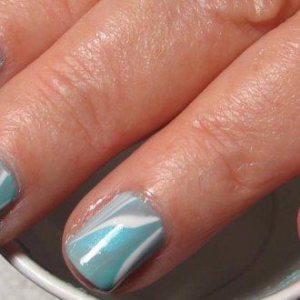 Серый маникюр с голубым мраморный