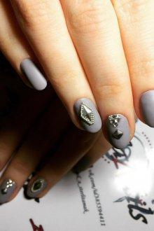 Серый маникюр с кристаллами