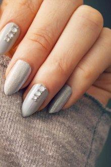 Серый маникюр на острые ногти