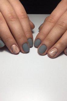 Серый маникюр с персиковым тоном