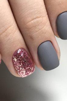 Серый маникюр с розовой фольгой