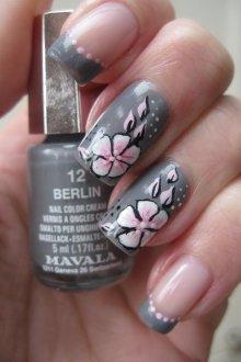 Серый маникюр с розовым