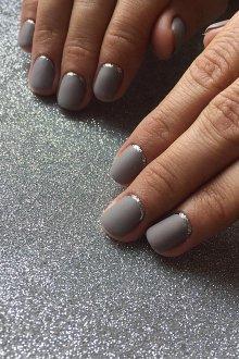 Серый маникюр серебряный лунный