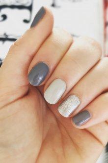 Серый маникюр серебряный