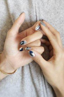 Серый маникюр с синим