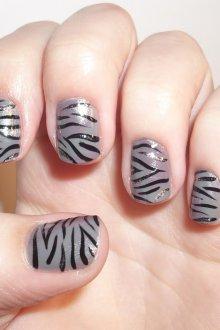 Серый маникюр зебра