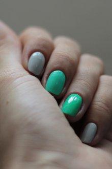 Серый маникюр с зеленым