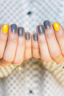 Серый маникюр с желтым ногтем