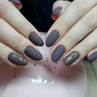 Серый маникюр с золотым узором