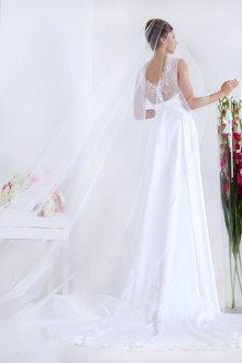 Свадебное платье со шлейфом и фатой