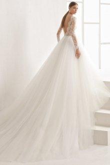 Свадебное платье со шлейфом из фатина
