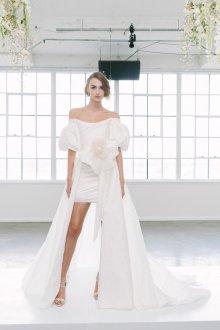 Свадебное платье со шлейфом и рукавами фонариками