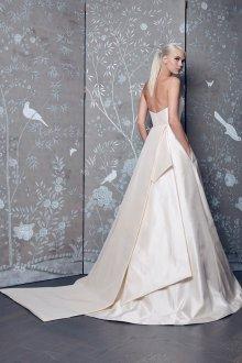 Свадебное платье со шлейфом гладким