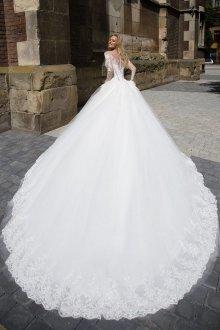 Свадебное платье со шлейфом королевским