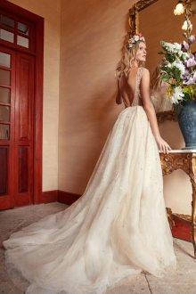 Свадебное платье со шлейфом и кристаллами