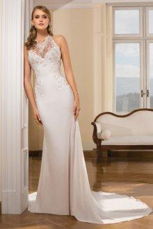 Свадебное платье со шлейфом и декором на лифе