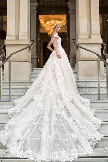 Свадебное платье со шлейфом многослойным
