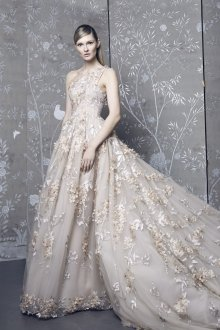 Свадебное платье со шлейфом нюдовое