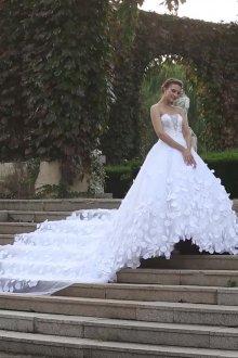 Свадебное платье со шлейфом и объемным декором