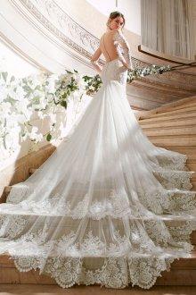 Свадебное платье со шлейфом и отделкой