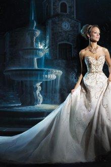 Свадебное платье со шлейфом и пайетками