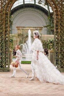 Свадебное платье со шлейфом и перьями