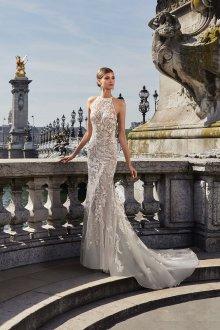 Свадебное платье со шлейфом и открытыми плечами
