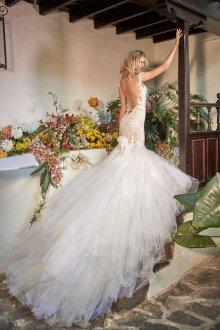 Свадебное платье со шлейфом пышное из фатина
