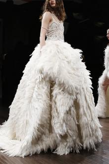 Свадебное платье со шлейфом пышное с перьями