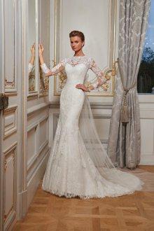 Свадебное платье со шлейфом и рукавами