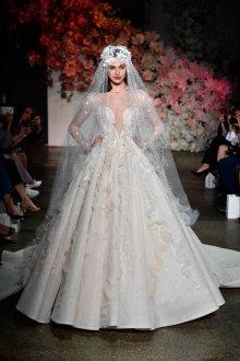 Свадебное платье со шлейфом и рюшами