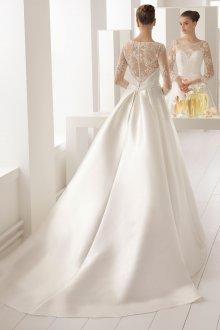 Свадебное платье со шлейфом и кружевной спиной