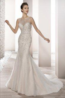 Свадебное платье со шлейфом и стразами