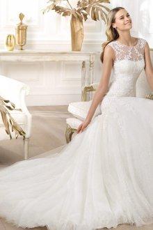 Свадебное платье со шлейфом из тюля