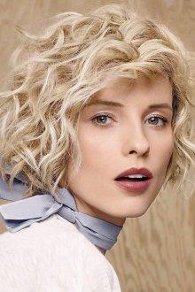 Короткая стрижка 2019 на вьющиеся волосы блондинки