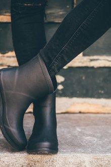 Резиновые ботинки с джинсами