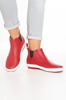 Резиновые ботинки красного цвета