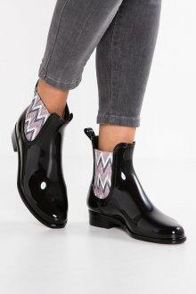 Резиновые ботинки модные