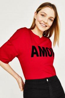 Красная футболка с бархатной надписью