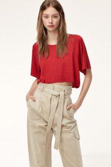 Красная футболка с брюками