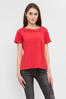 Красная футболка с декором