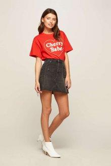 Красная футболка с джинсовой юбкой