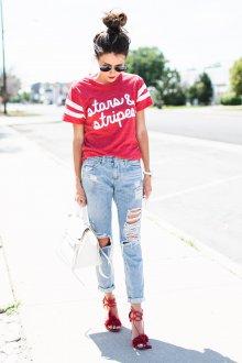 Красная футболка с джинсами