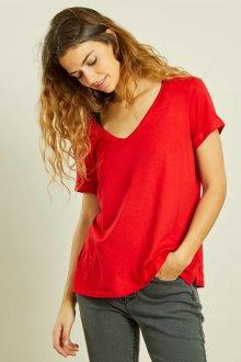 Красная футболка короткая