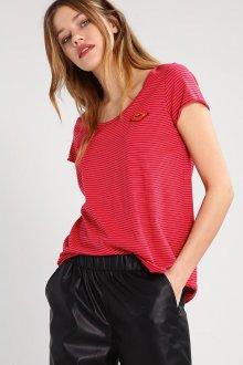 Красная футболка в мелкую полоску