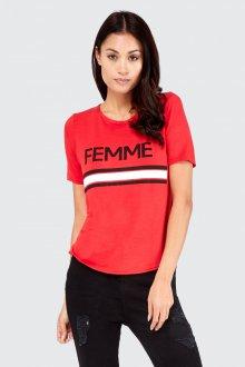 Красная футболка минималистичная