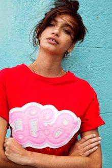 Красная футболка модная